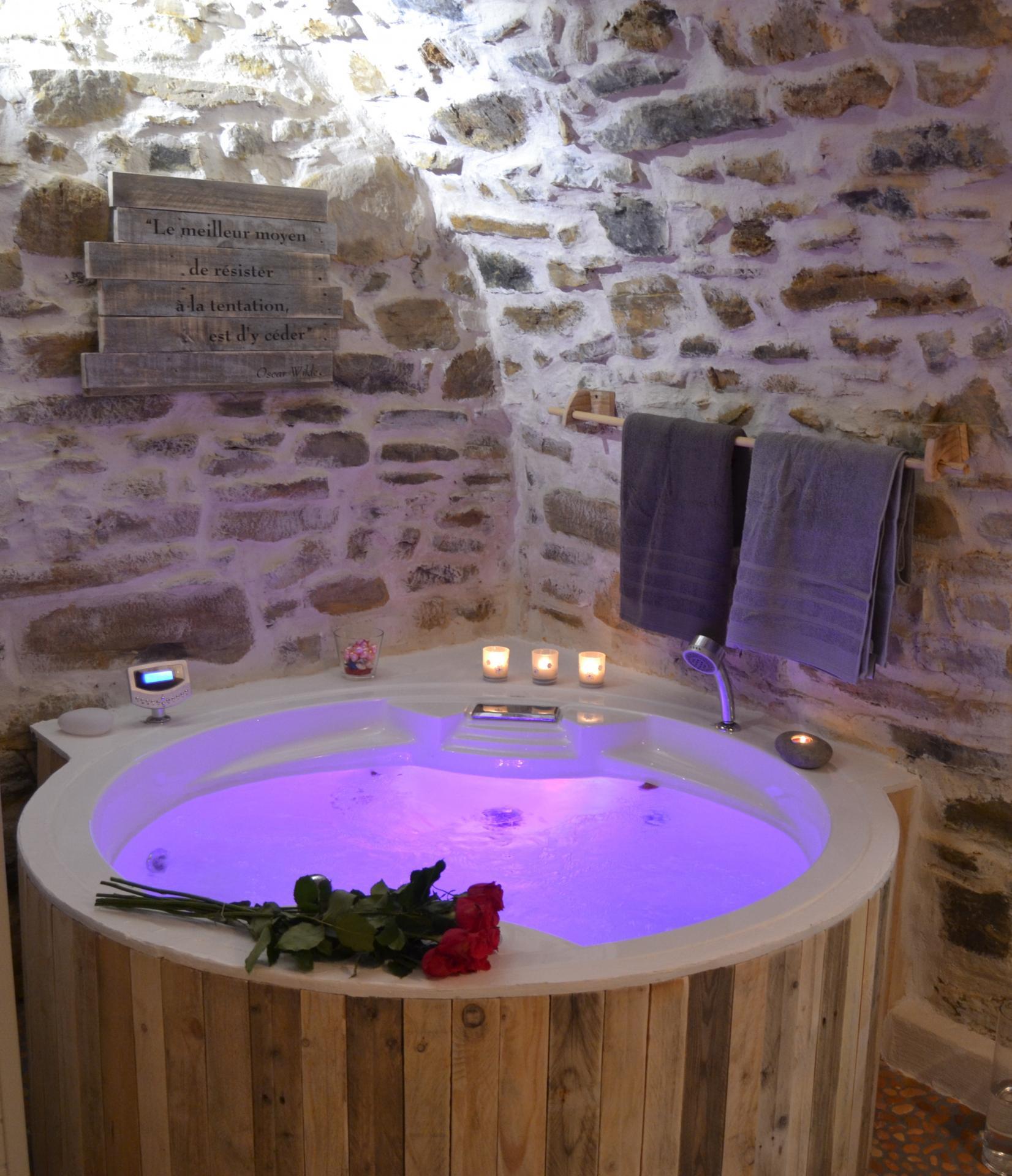 Chambre d 39 h tes romantique l 39 antre parenth se avec sauna baignoire jacuzzi ronde pour deux - Chambre d hote pour amoureux ...