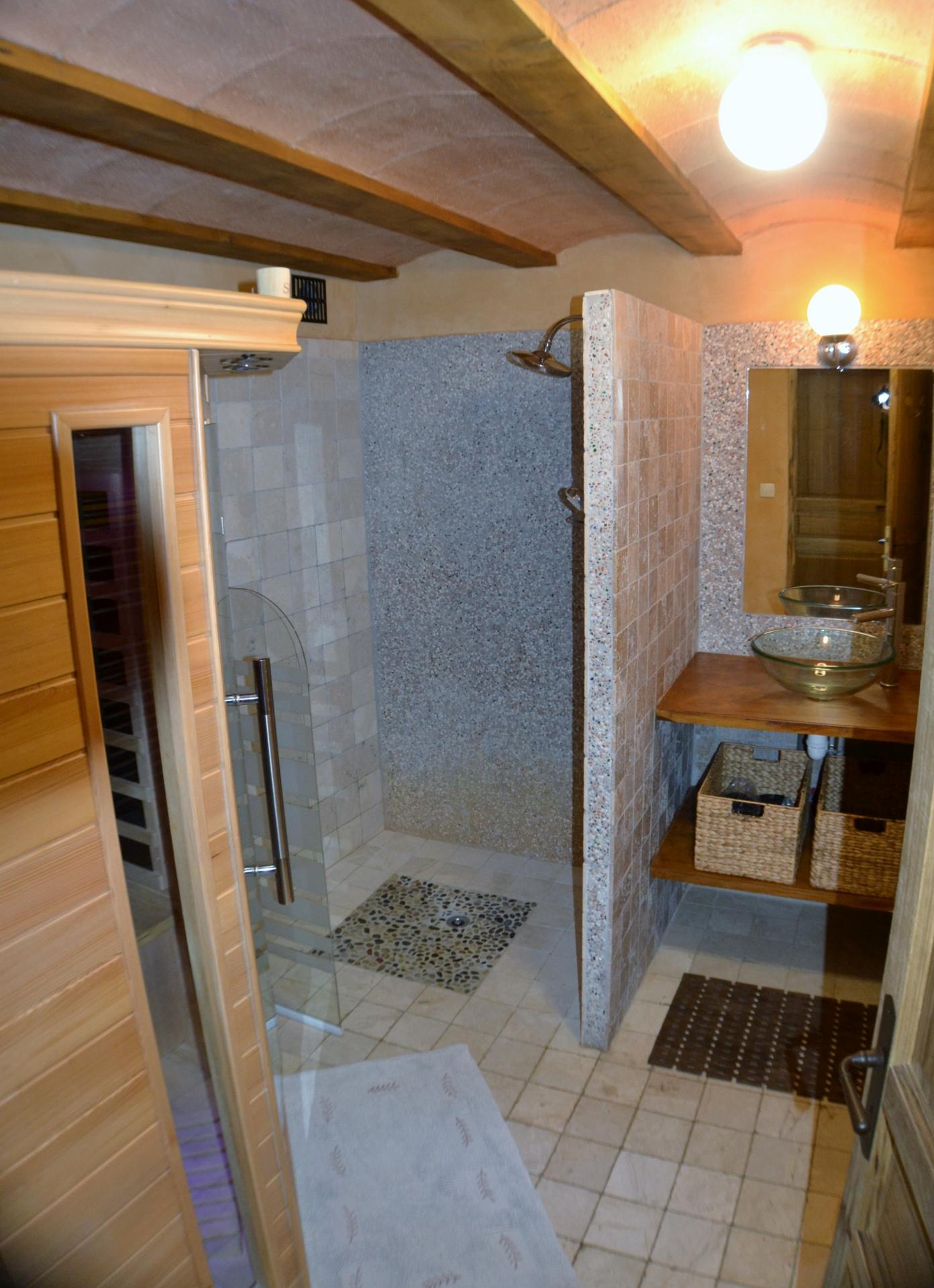 sauna et espace douche à jets